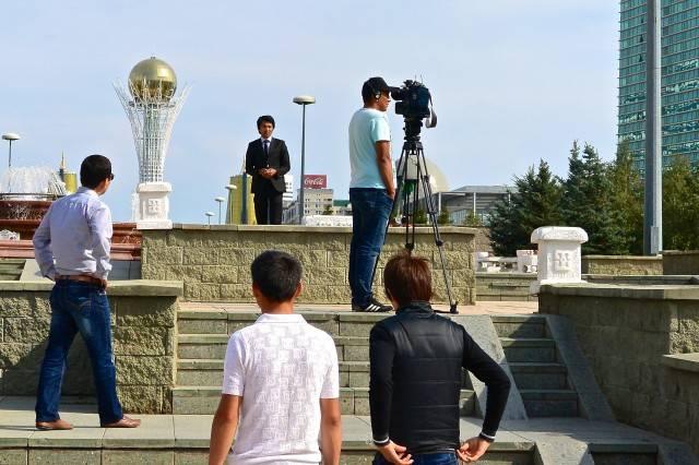 Astanalaisen tv-kanavan toimittaja raportoi tapahtumista maassa