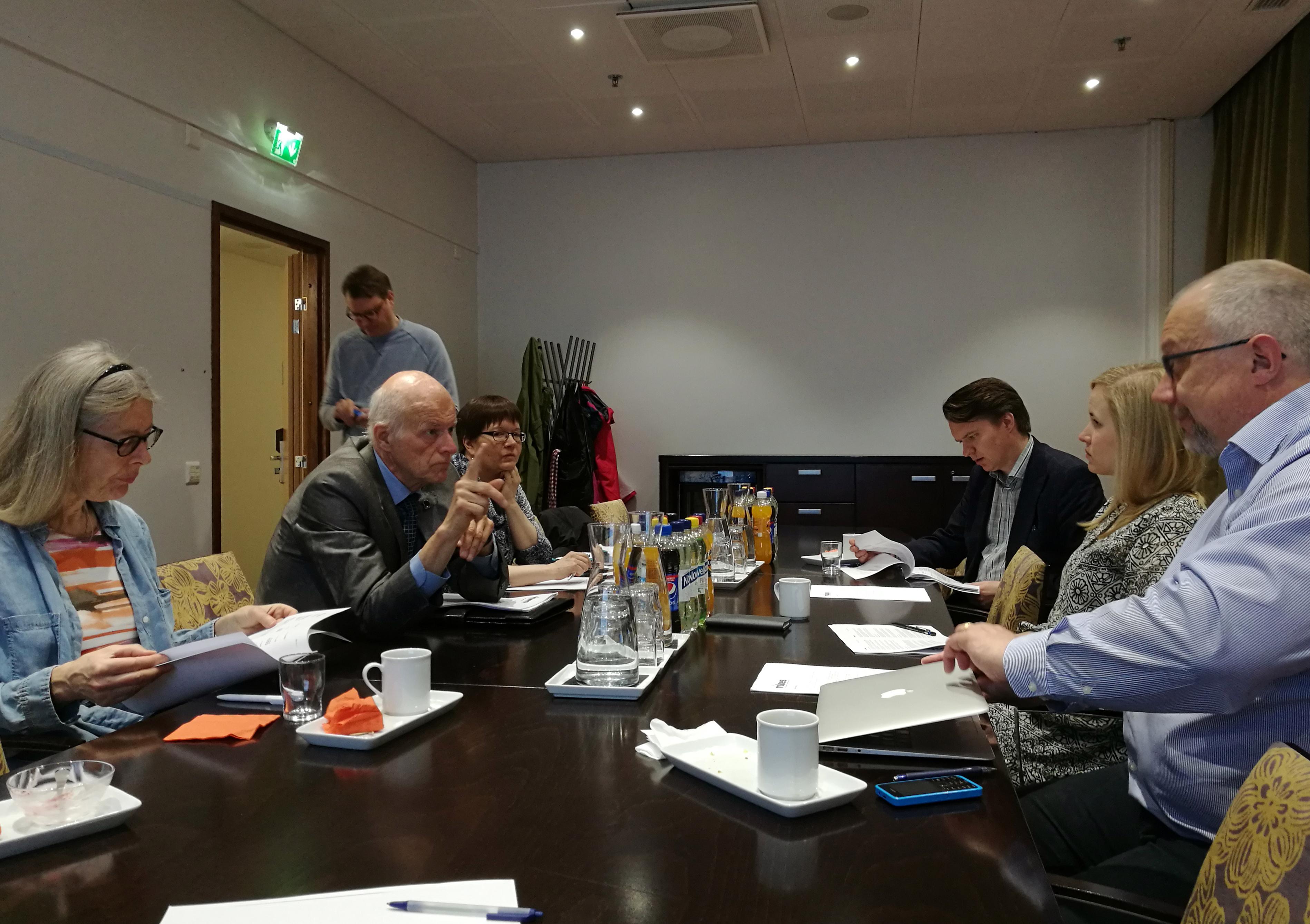 Vikesin kevätkokous, toimittajia pöydän ääressä