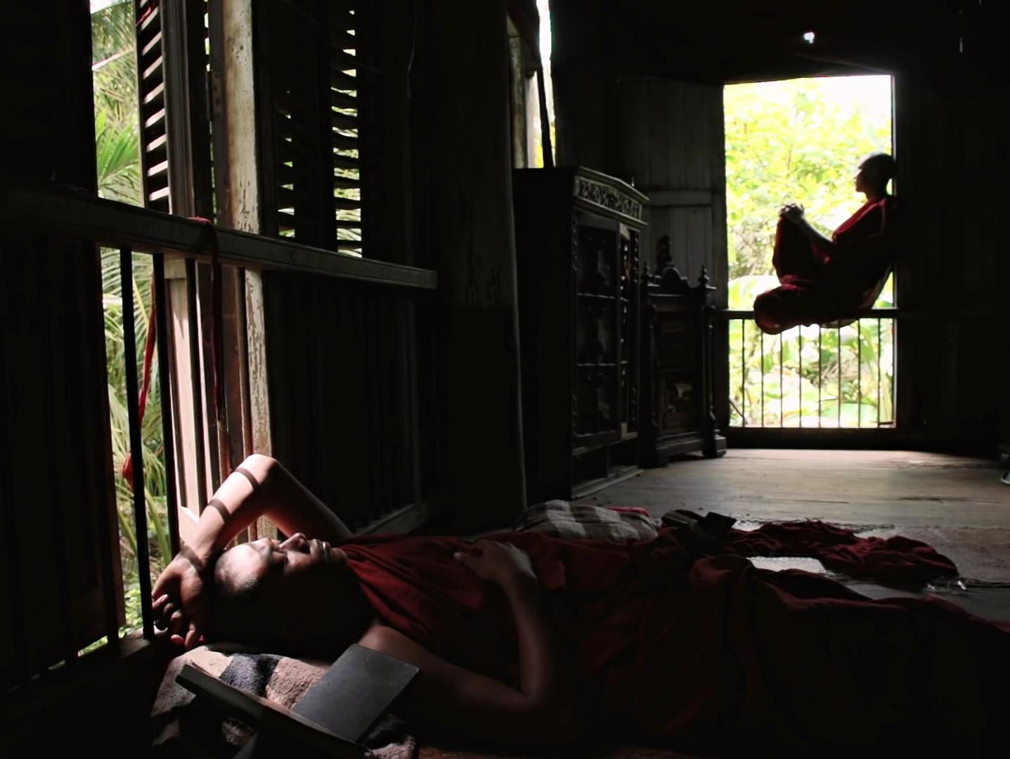 Ruutukappaus elokuvasta, munkki istuu ikkunalla