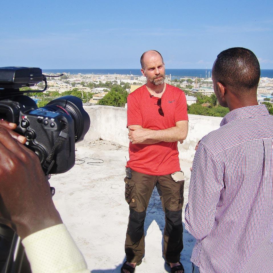 Pasi Toivonen antaa haastattelua Somaliassa