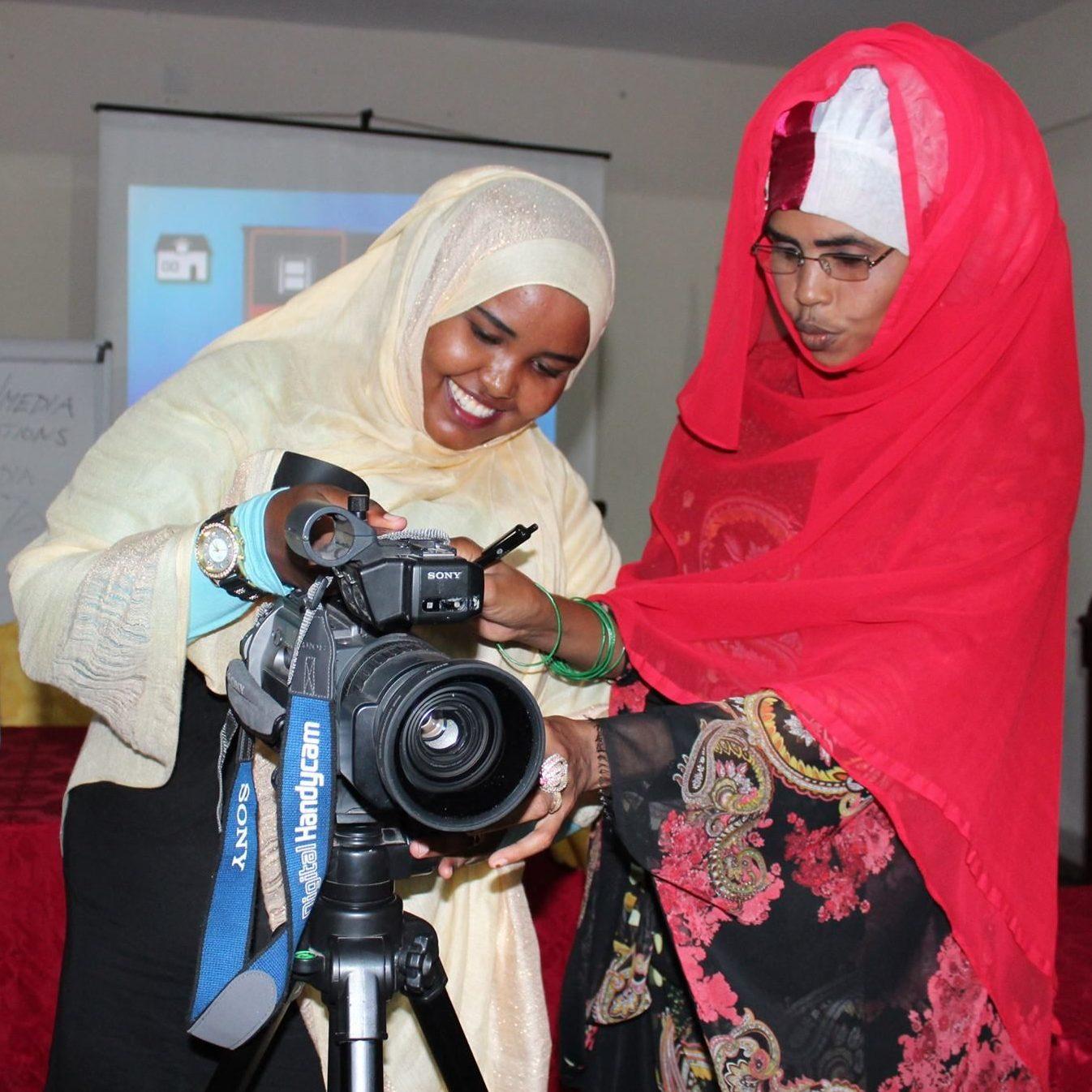 Naiset kuvaavat videokameralla Somaliassa