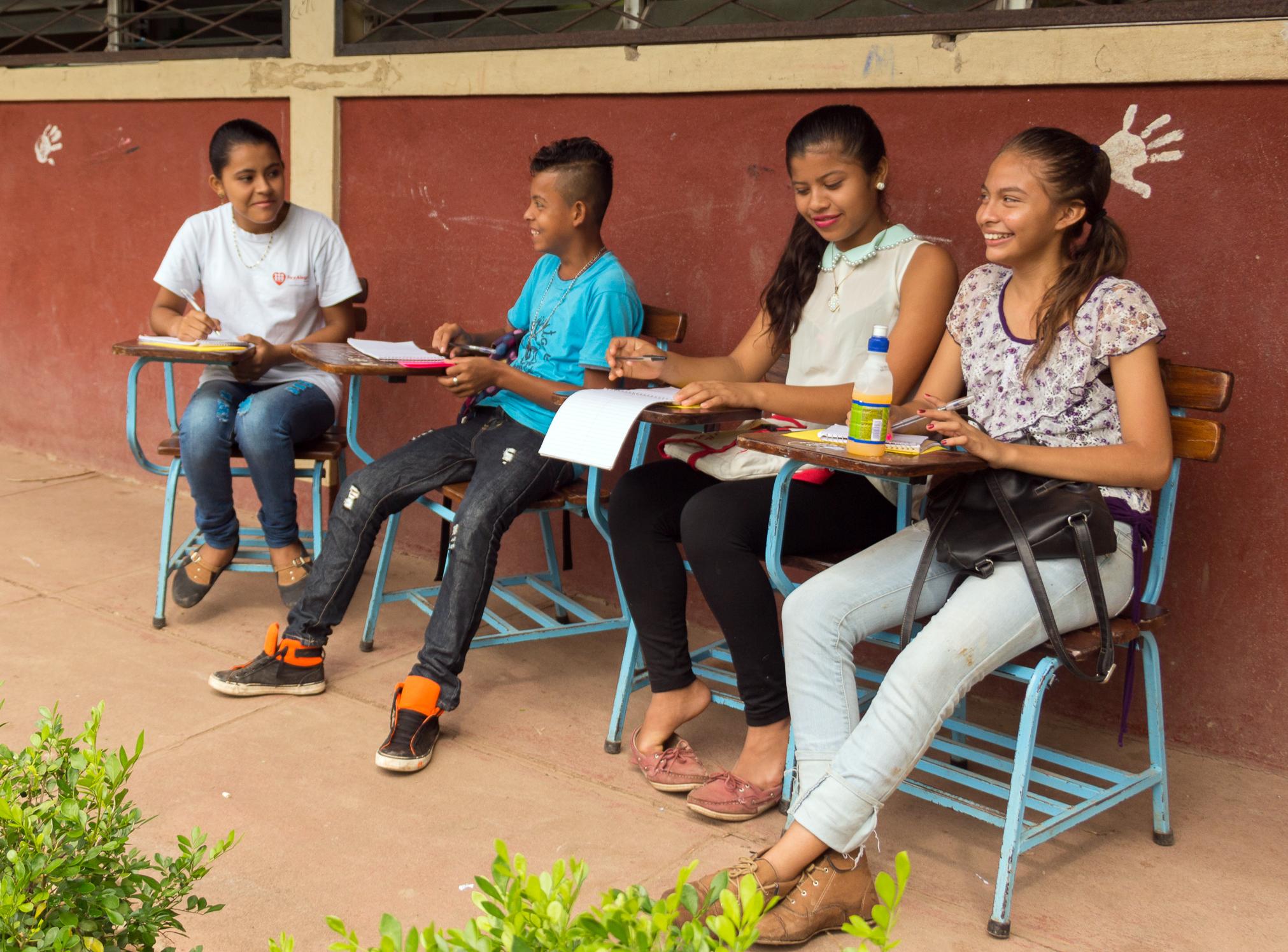 Nicaragualaisten nuorten toimittajien kerho, neljä nuorta hymyilee