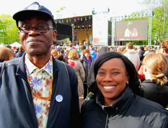 Nnimmo Bassey ja Ugonma Cokey Maailma kylässä -festivaalihumussa.