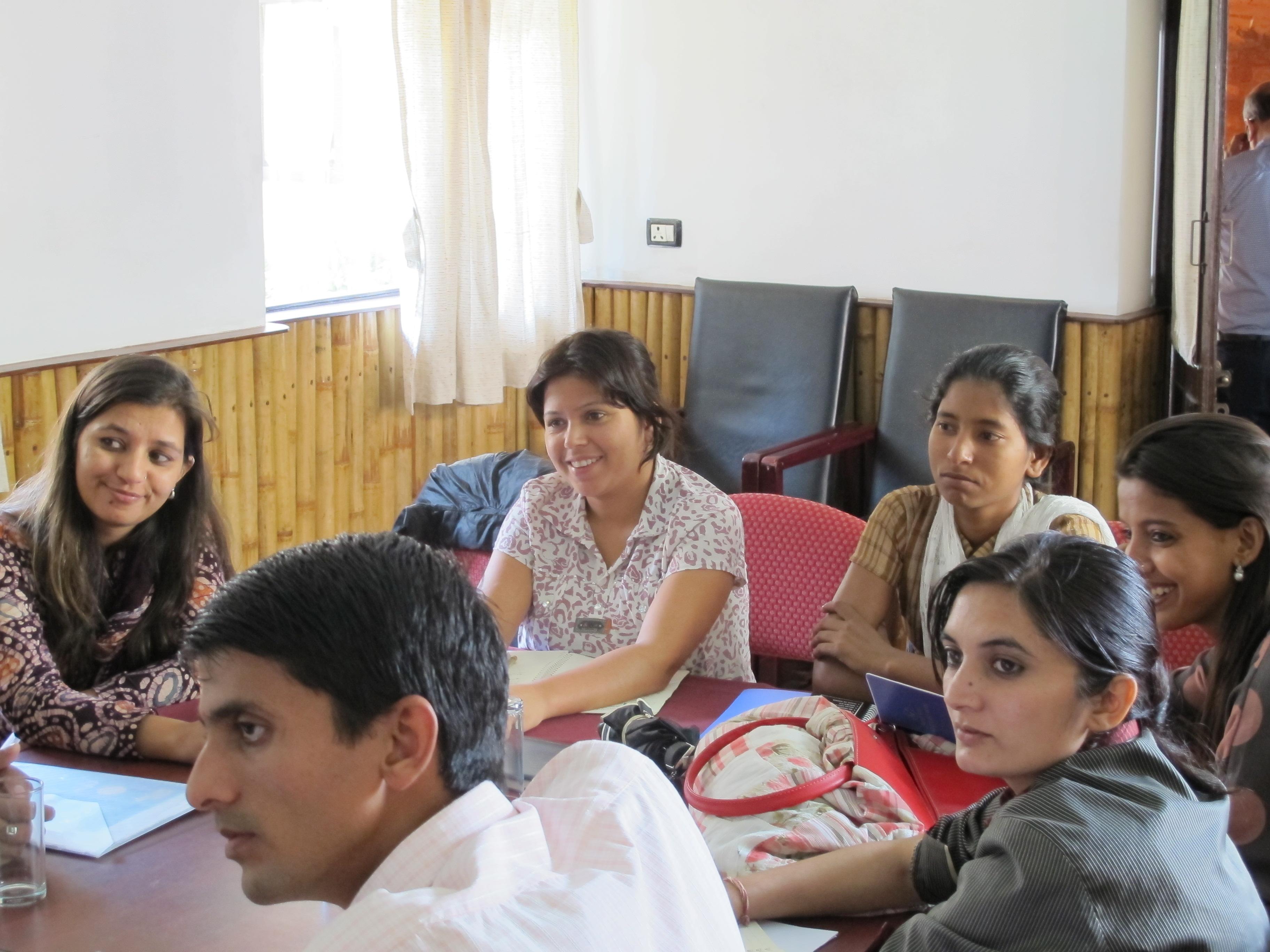 Joukko nepalilaisia toimittajia pöydän ääressä