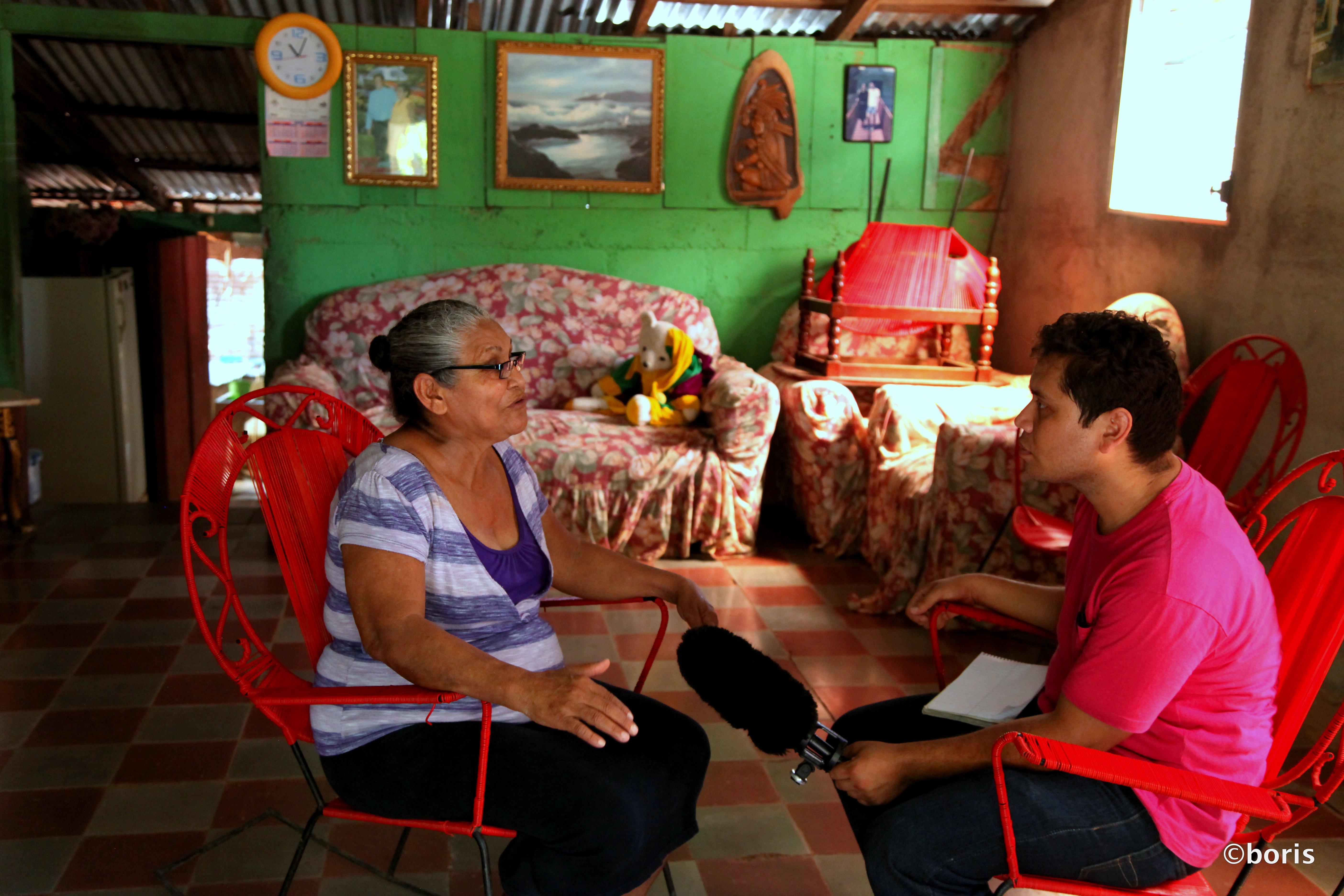 Christopher Mendoza haastattelee vanhempaa naista