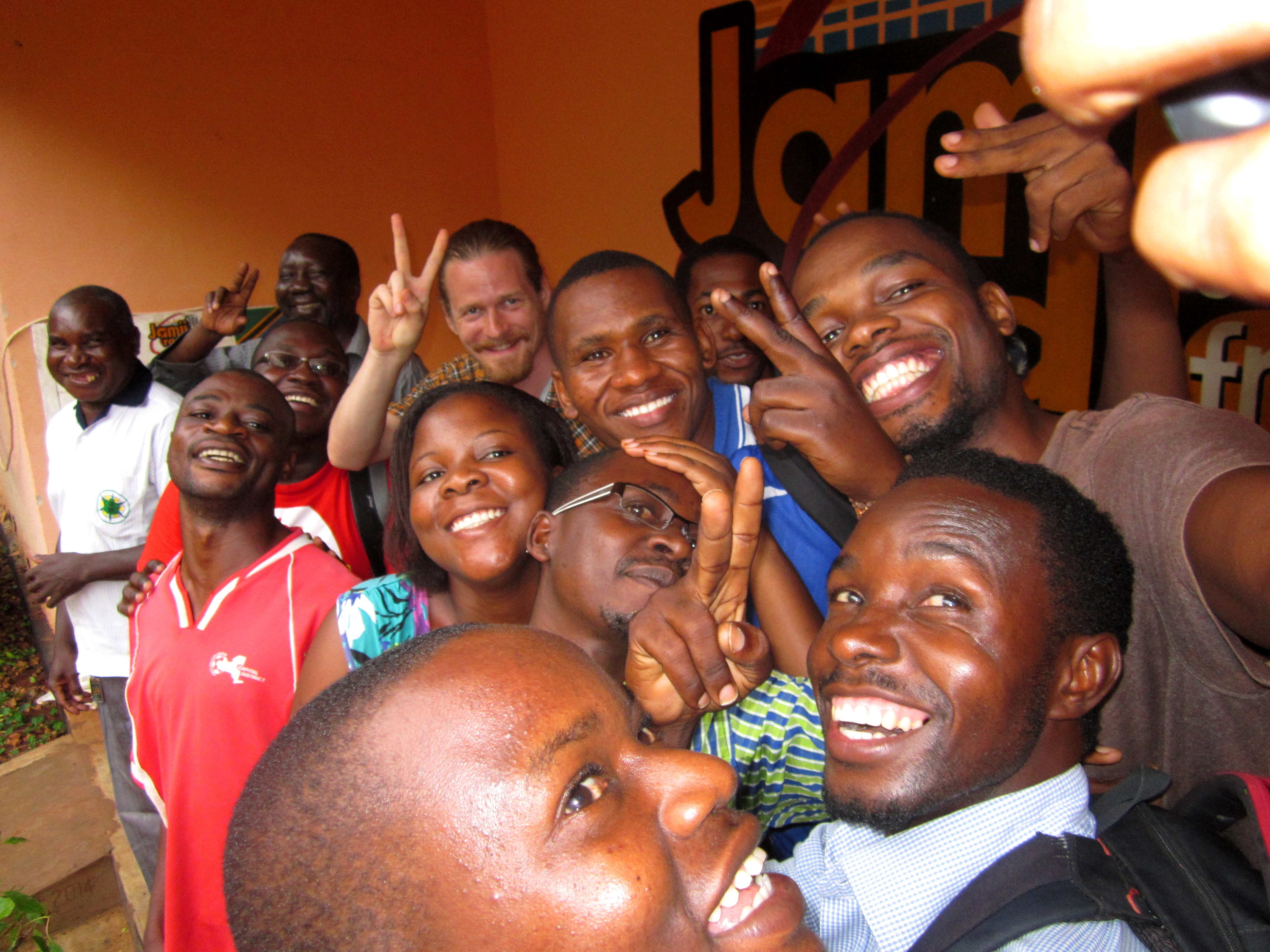 Jamii FM:n toimittajat ryhmäselfiessä