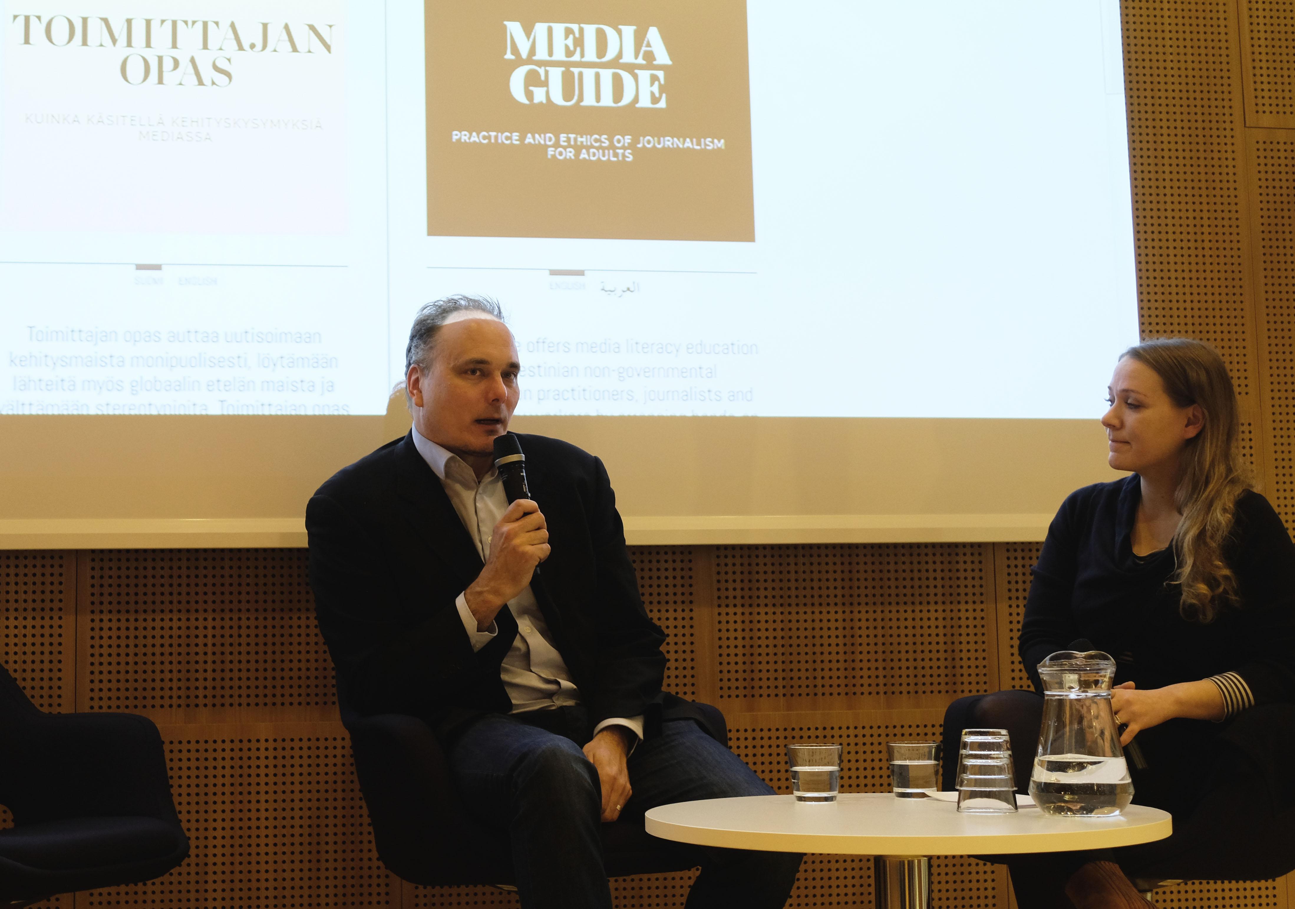 Sami Sillanpää toimittajan oppaan julkaisutilanteessa