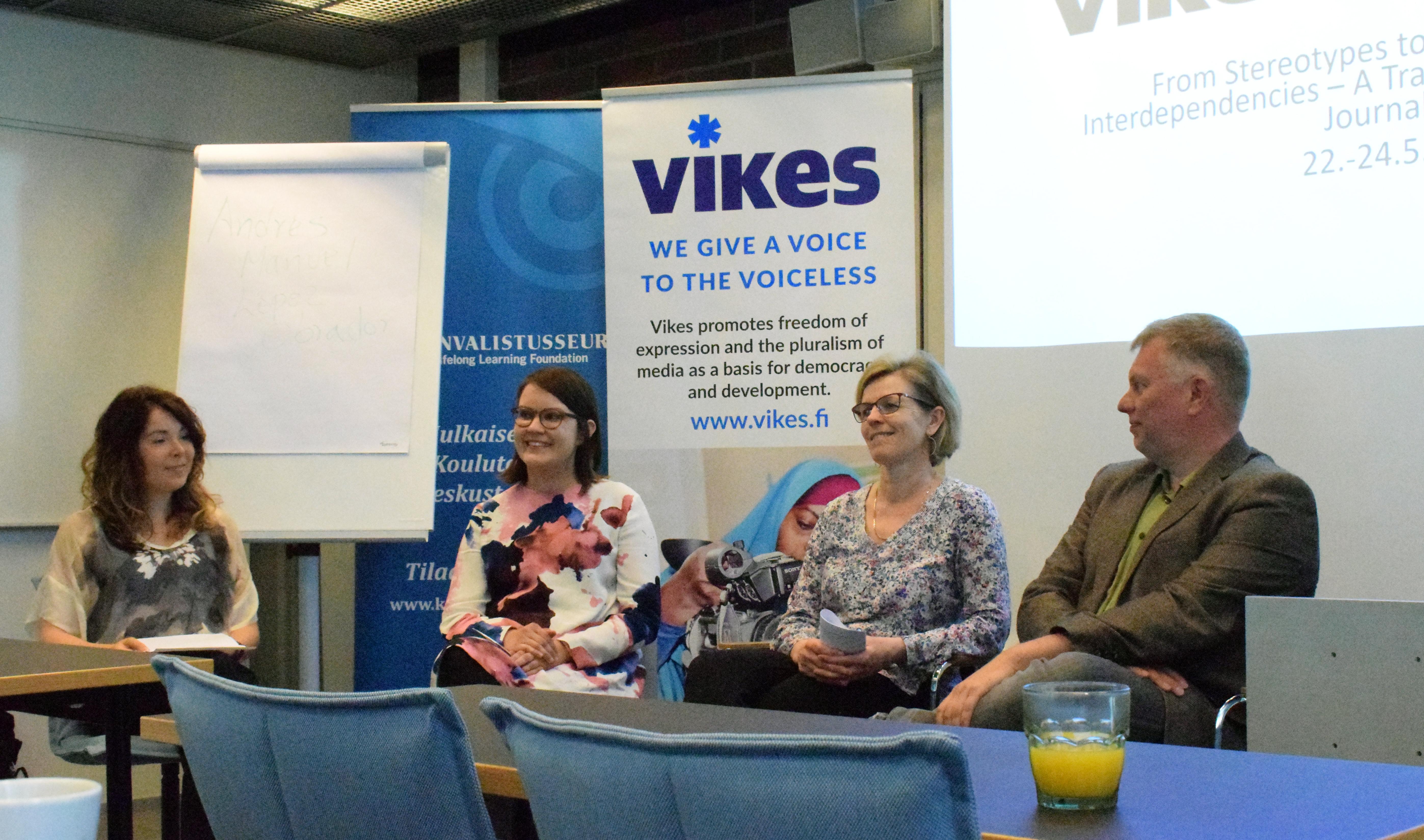 Panelistit toimittajakoulutuksessa