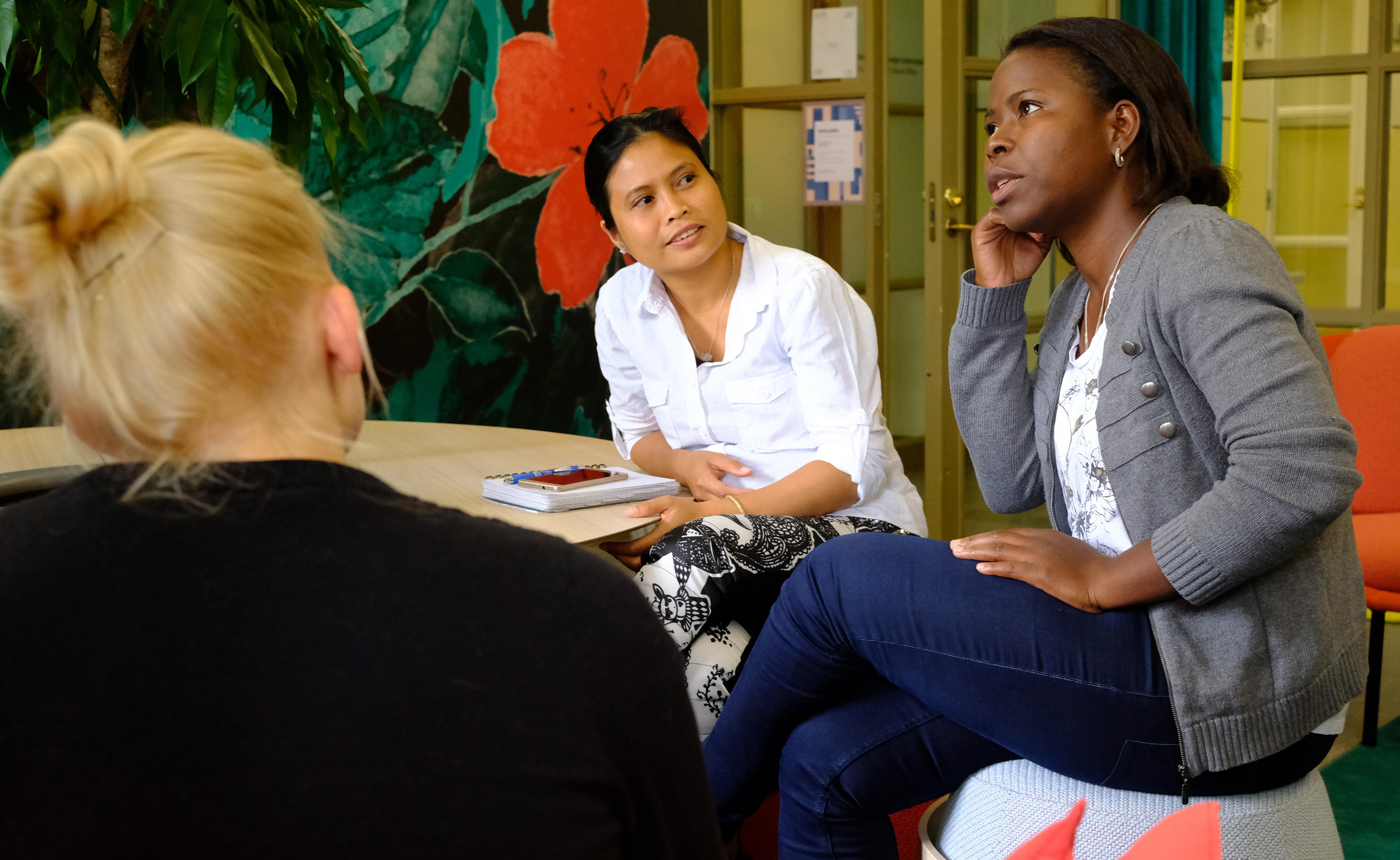 Priska Autio, Marian Villar-Bäckman ja Hope Nwosu suunnittelevat videoiden tekemistä.