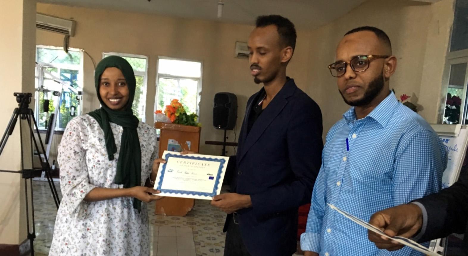 Toimittajat saavat diplomeja koulutuksen päätteeksi