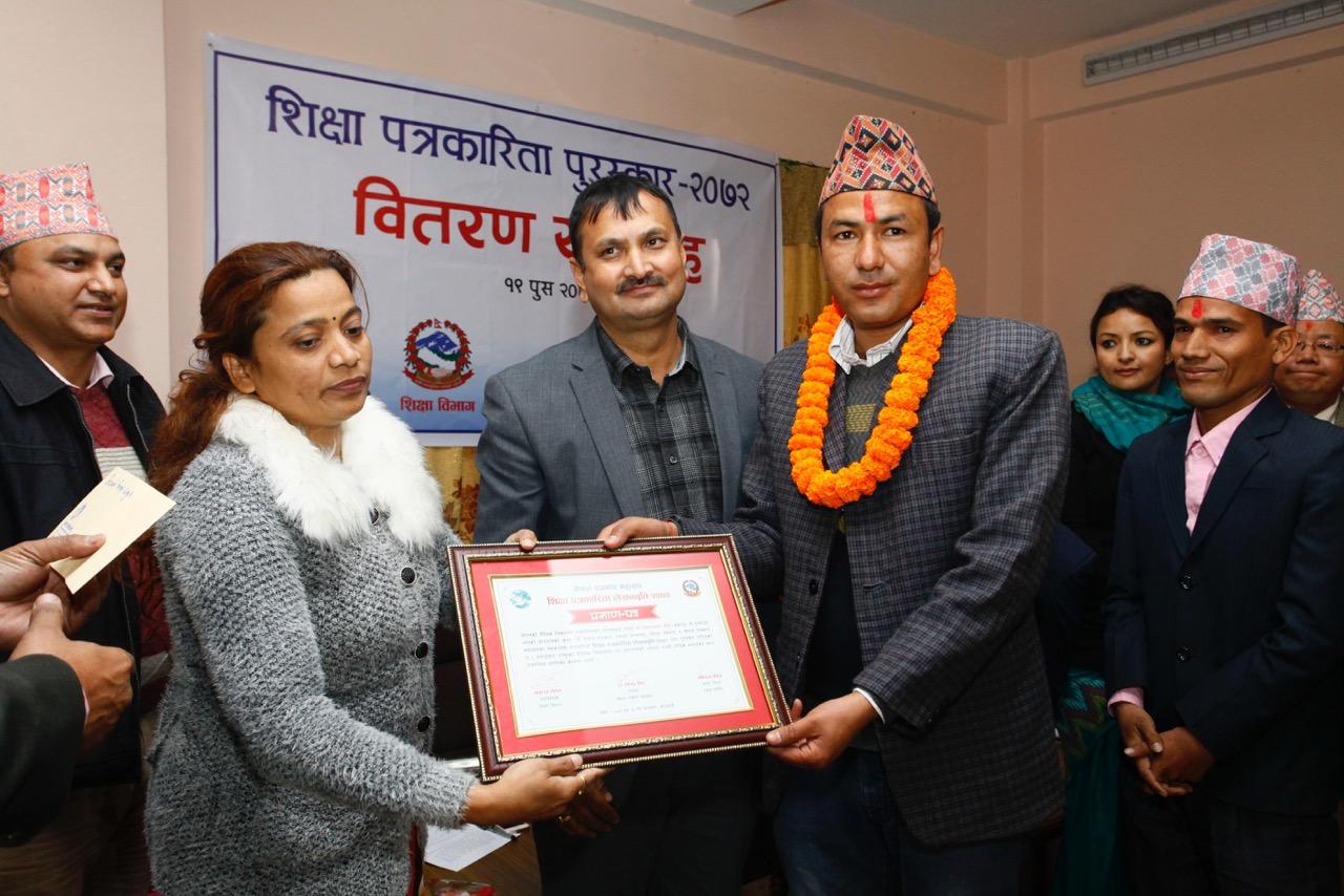 Nepalilaiset toimittajat vastaanottamassa palkintoa