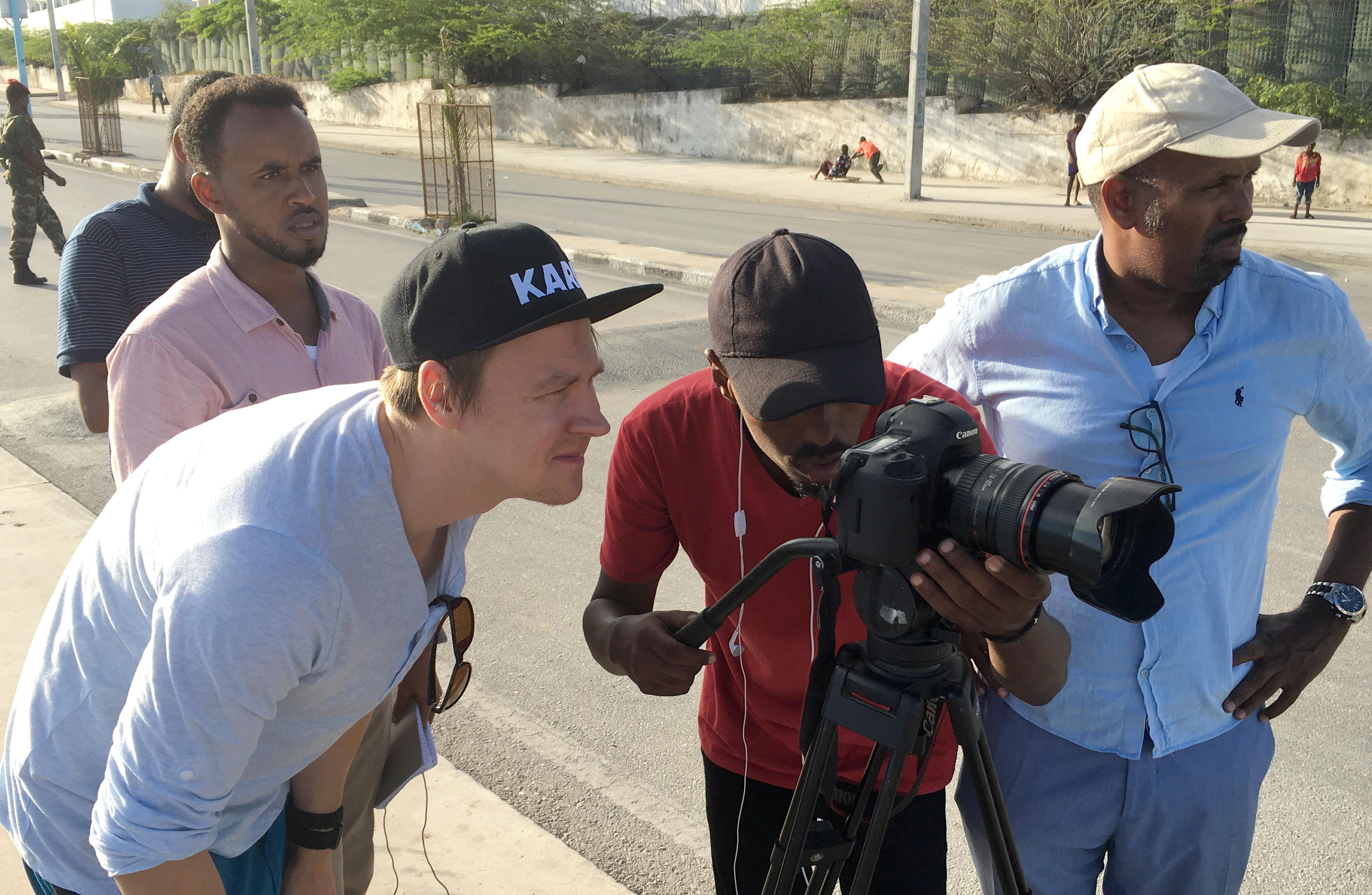 Toimittajia Mogadishun kaduilla