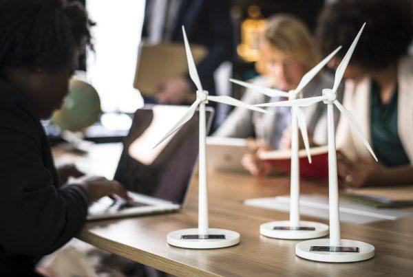 Kuvituskuva, jossa pieniä tuulimyllyjä pöydällä