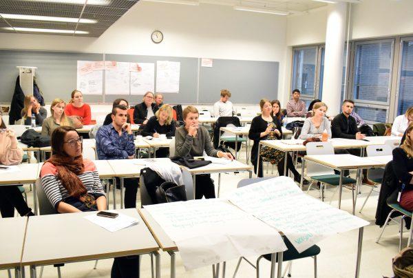 Vikesin koulutuksen osallistujia Haaga-Heliassa