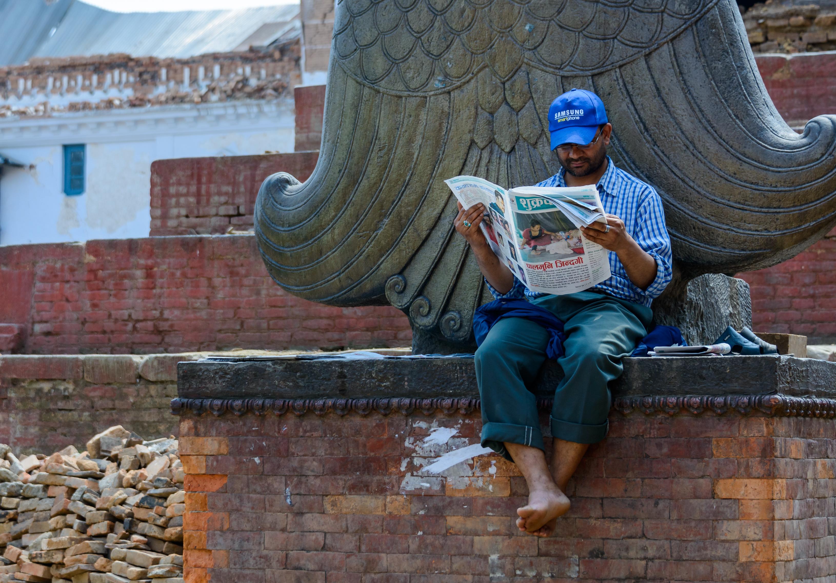 Mies lukee lehteä Nepalissa