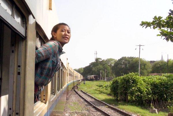 Ruutukaappaus elokuvasta, nainen kurkottaa ulos junan ikkunasta