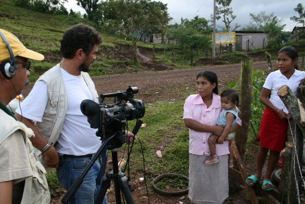 Reportteri Daniel Alegría ja kuvaaja Ernesto Piñero (Wapponi Productionin) työssään Nicaraguan Karibianmeren puoleisella rannikolla 2007