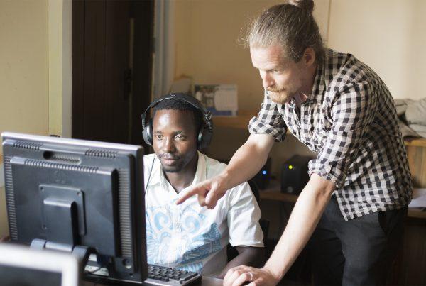 Markku Liukkonen kouluttaa Tansaniassa