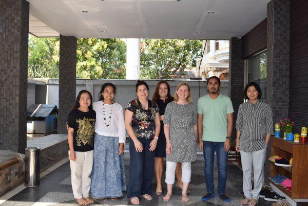 Auli Starck ja Yangon Film Schoolin väkeä ryhmäkuvassa