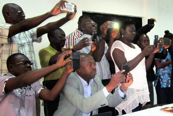 Ihmiset kuvaavat kännyköillään videota