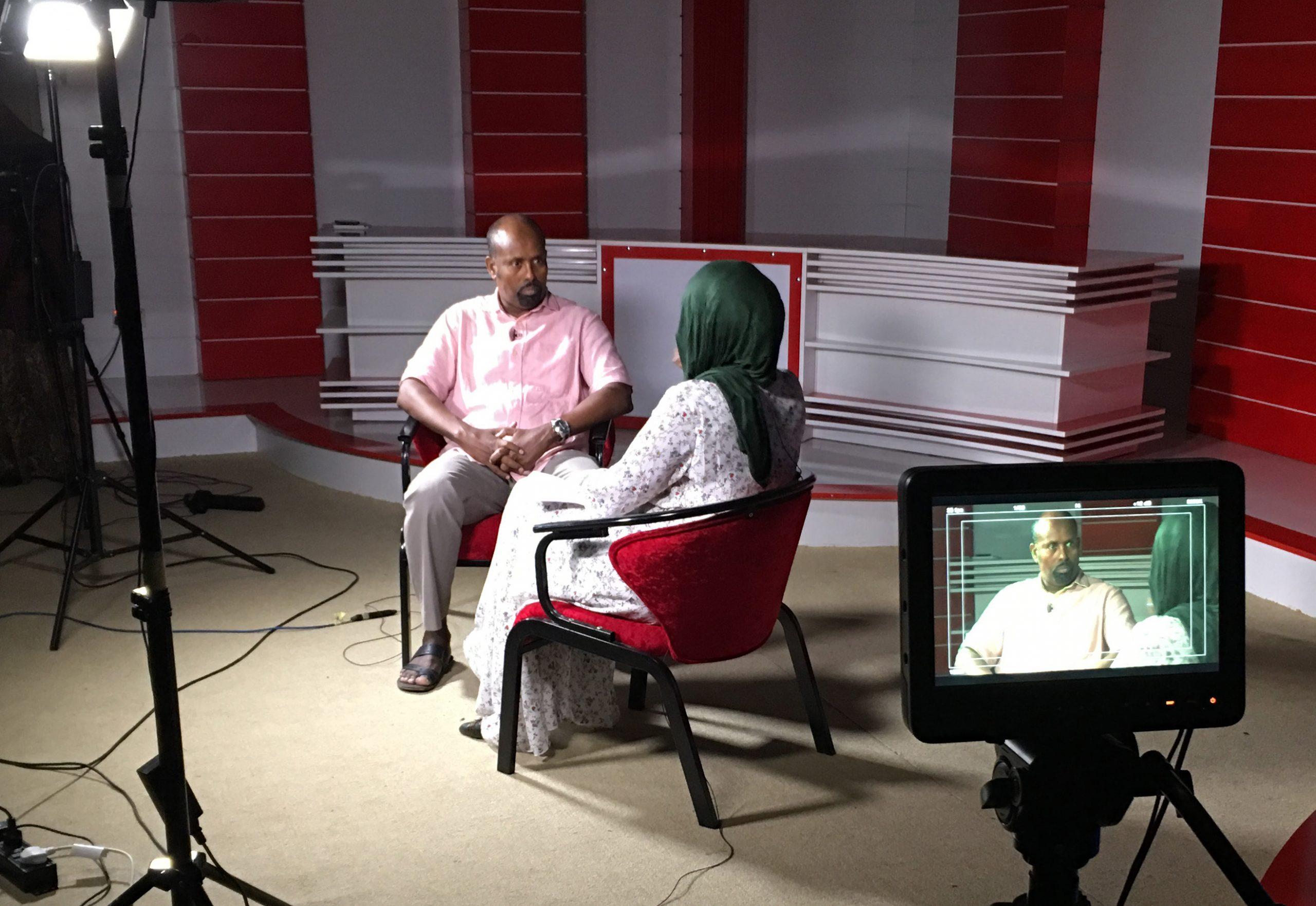 Wali Hashi kouluttamassa televisiossa