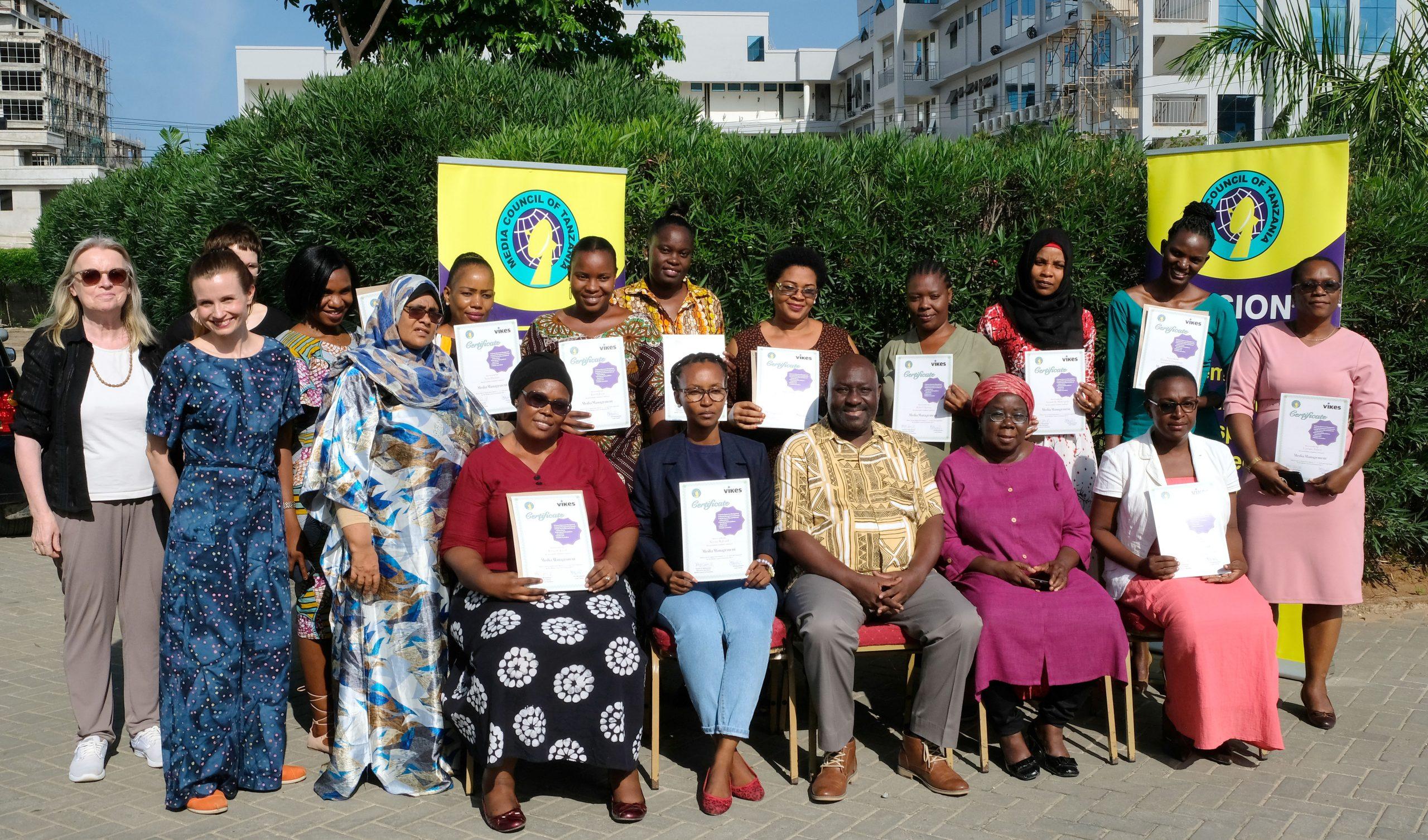 Naisjohtajian koulutuksen osallistujan ryhmäkuvassa Tansaniassa