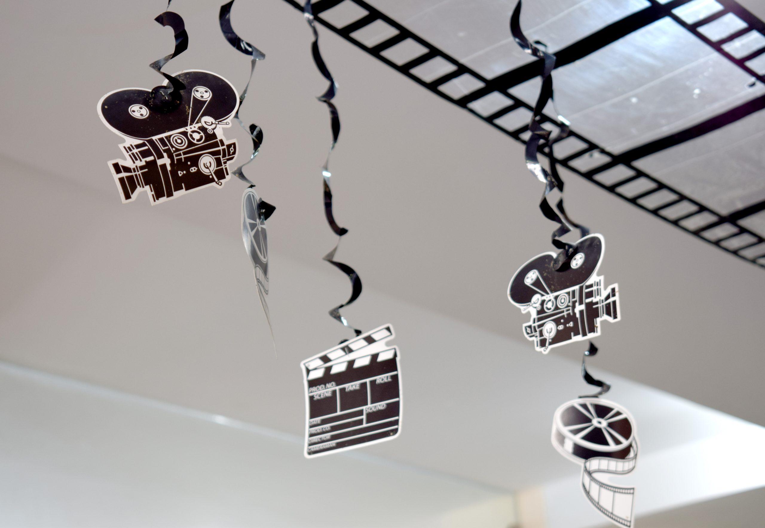 Pahvisia kameramalleja roikkumassa katosta