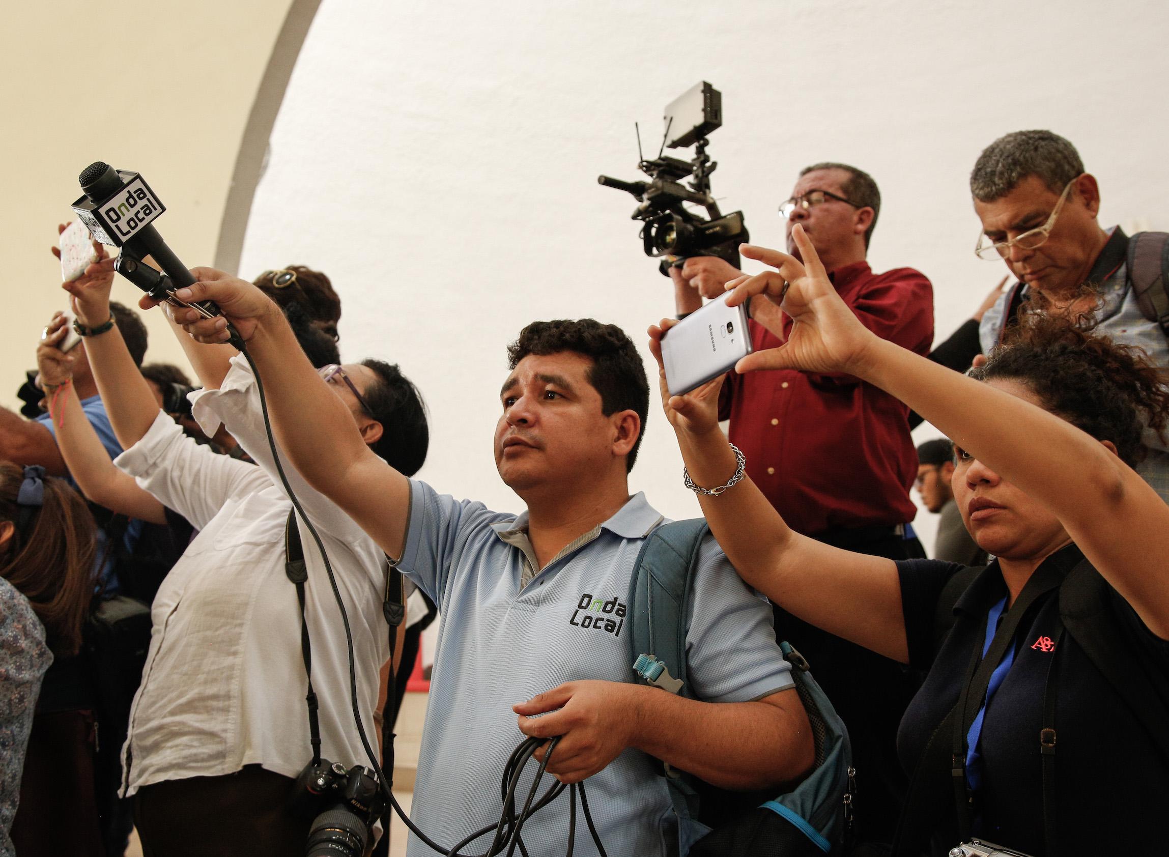 Julio Lopez mikrofonin kanssa