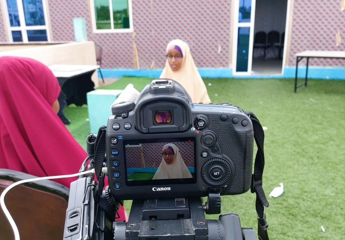 Kuvassa haastatellaan nuorta naista Somaliassa