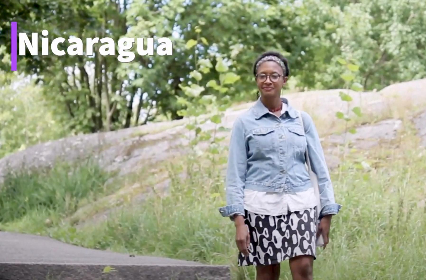 Kuvakaappaus videolta, Shirlene Green kävelee luonnossa