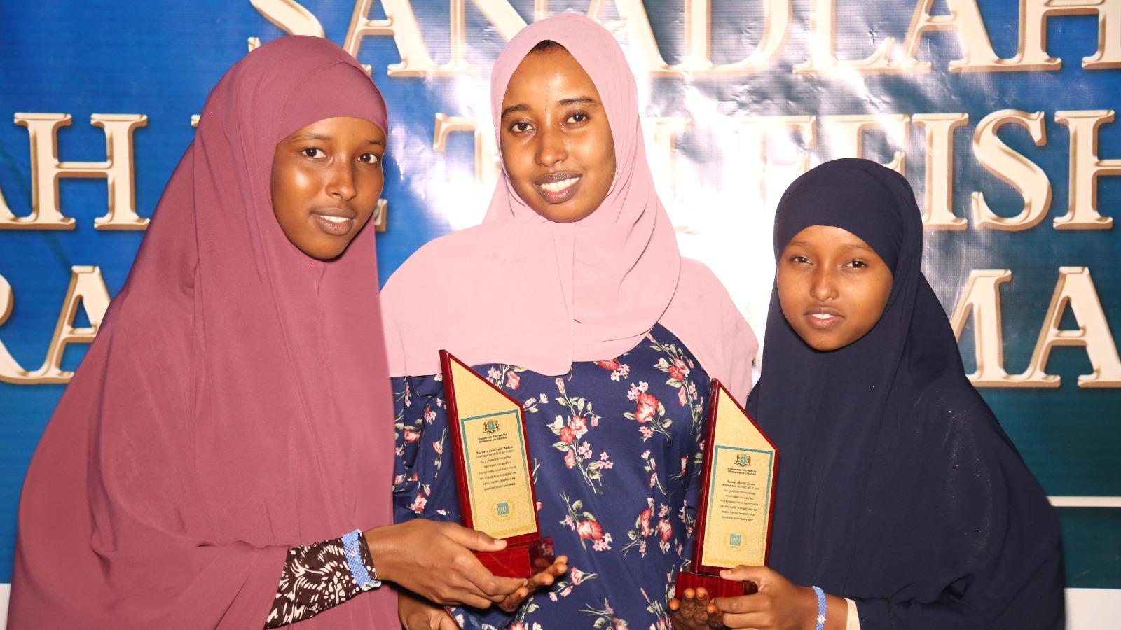 Palkitut toimittajat Nasteeho Abdi, Hamid Abdullahi ja Ramla Shariif