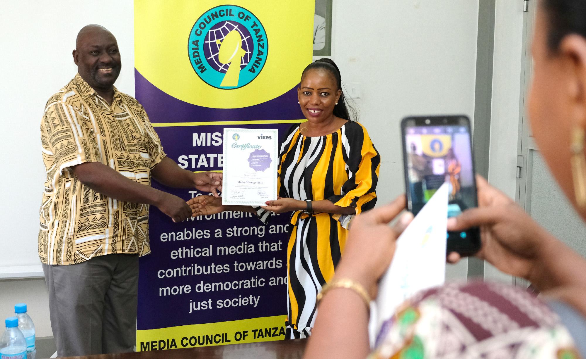 Todistusten jakoa naisten johtajuuskoulutuksessa Tansaniassa