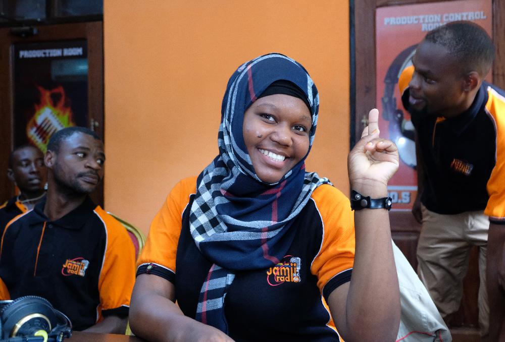 Naistoimittaja Grace Hamiisi hymyilee kameralle Tansaniassa.