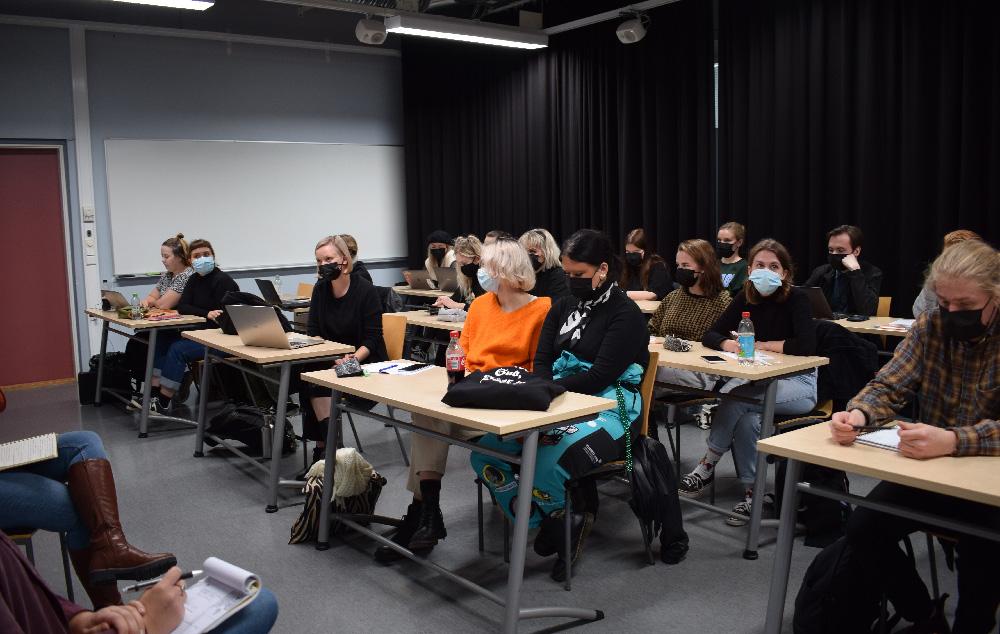 Joukko opiskelijoita luokkahuoneessa