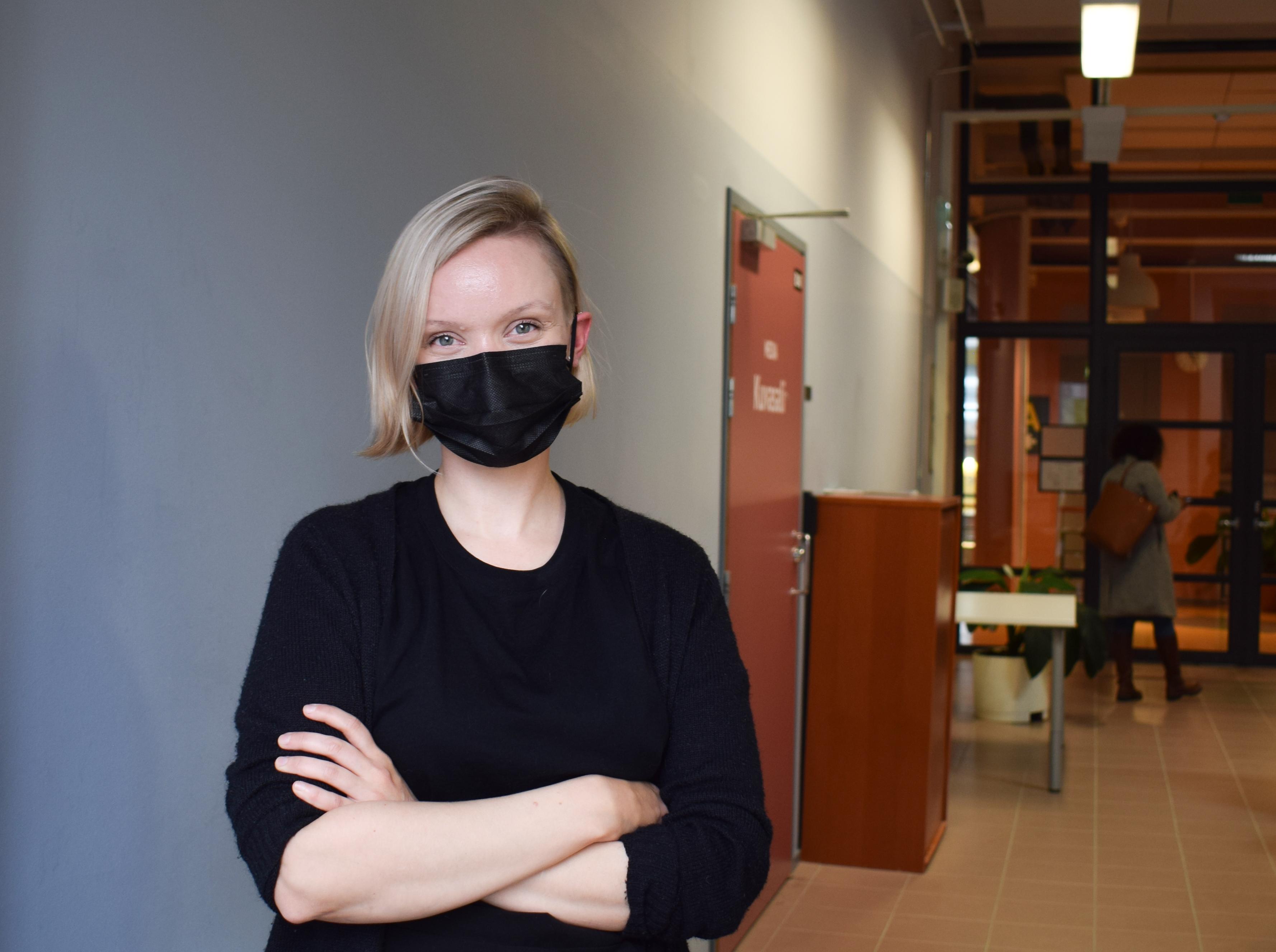 Satu Heikkilä poseeraa musta kasvomaski kasvoillaan.